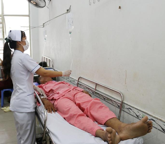TP HCM: Tiếp tục điều trị 3 bệnh nhân nặng của vụ xe 40 chỗ tông xe trộn bê tông - Ảnh 1.