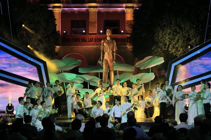 Thủ tướng dự Cầu truyền hình Hồ Chí Minh, sáng ngời ý chí Việt Nam tại TP HCM - Ảnh 8.