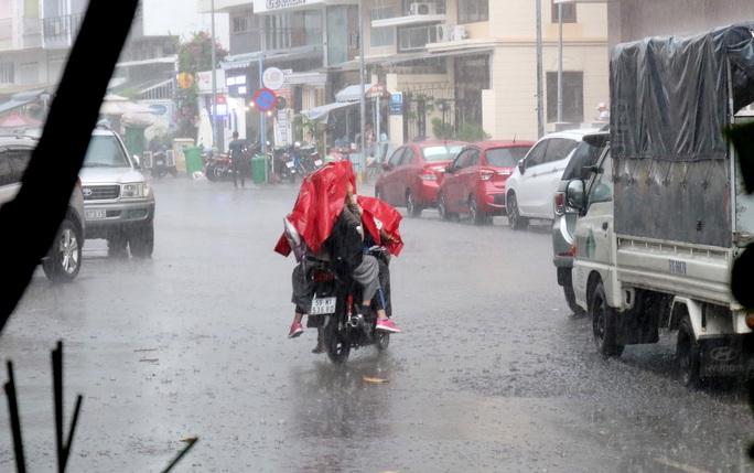 TP HCM: Mưa như trút nước nhiều nơi, vài ngày tới vẫn nắng nóng - Ảnh 4.