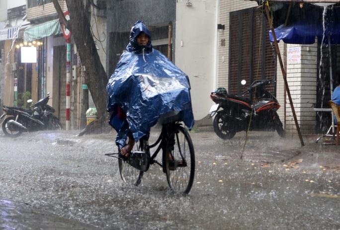 TP HCM: Mưa như trút nước nhiều nơi, vài ngày tới vẫn nắng nóng - Ảnh 7.