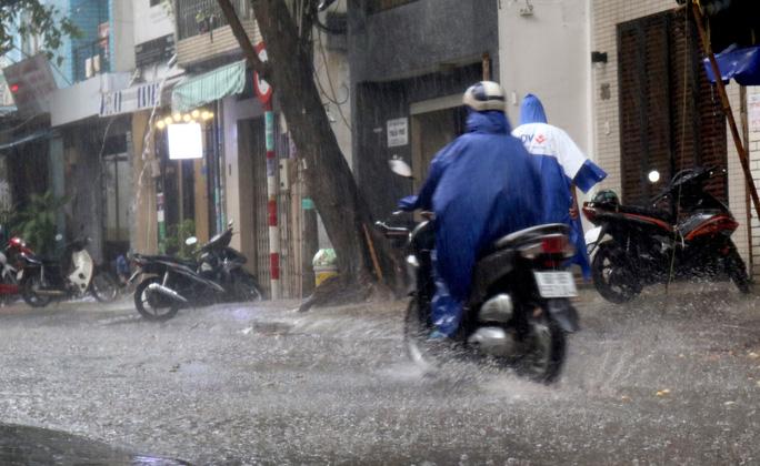 TP HCM: Mưa như trút nước nhiều nơi, vài ngày tới vẫn nắng nóng - Ảnh 5.