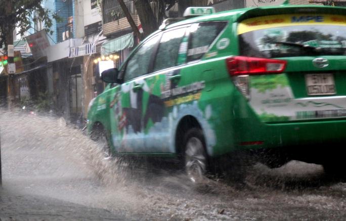 TP HCM: Mưa như trút nước nhiều nơi, vài ngày tới vẫn nắng nóng - Ảnh 8.