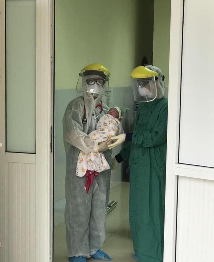 Sản phụ được mổ lấy thai ngay tại khu cách ly - Ảnh 2.