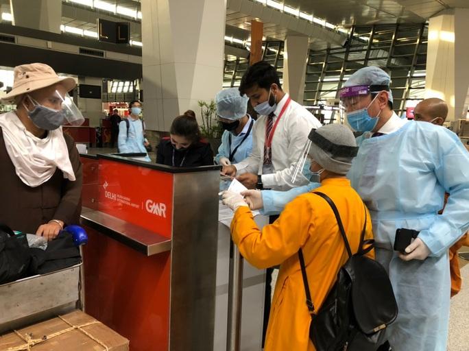 Chuyến bay đưa 340 công dân từ Ấn Độ về nước hạ cánh tại sân bay Cần Thơ - Ảnh 1.