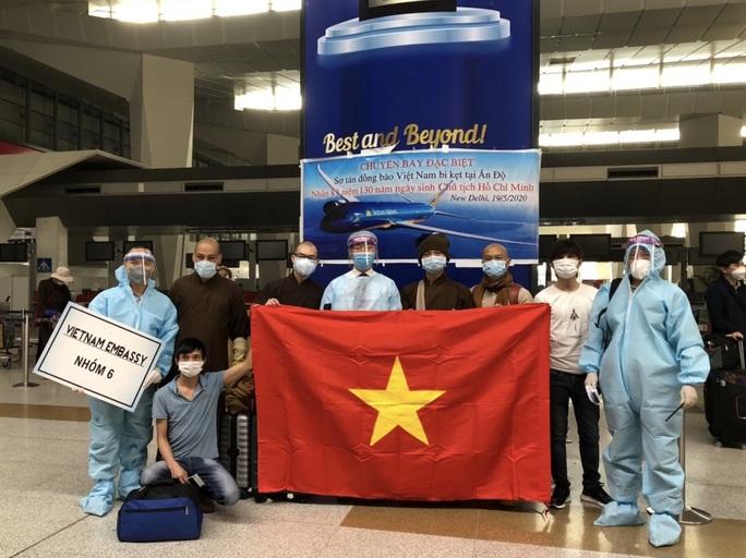 Chuyến bay đưa 340 công dân từ Ấn Độ về nước hạ cánh tại sân bay Cần Thơ - Ảnh 6.