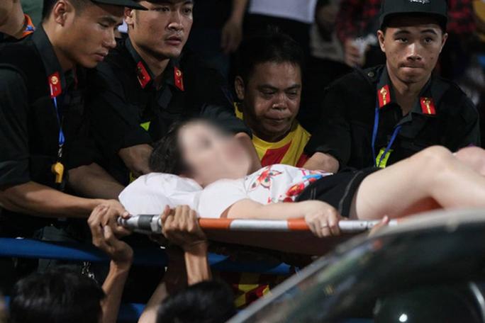 CĐV Nam Định bắn pháo sáng trúng đùi cô gái ở sân Hàng Đẫy bị phạt 4 năm tù - Ảnh 2.