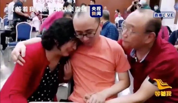 Kỳ tích con trai đoàn tụ với cha mẹ sau 32 năm bị bắt cóc - Ảnh 2.