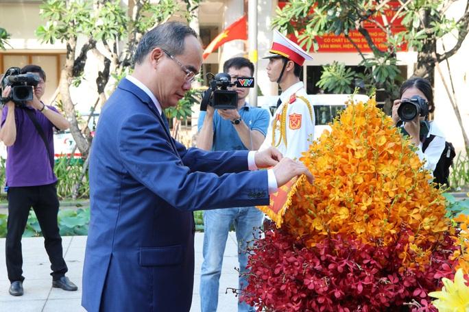 Lãnh đạo TP HCM dâng hoa, dâng hương Chủ tịch Hồ Chí Minh - Ảnh 2.