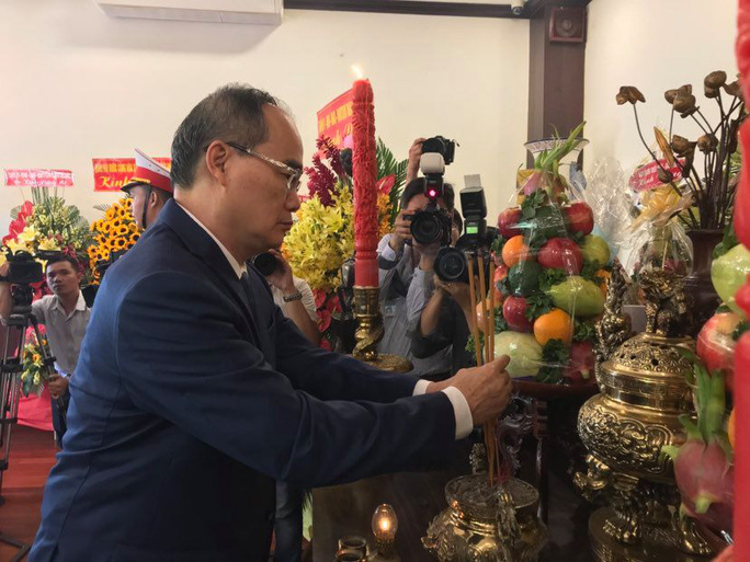 Lãnh đạo TP HCM dâng hoa, dâng hương Chủ tịch Hồ Chí Minh - Ảnh 4.
