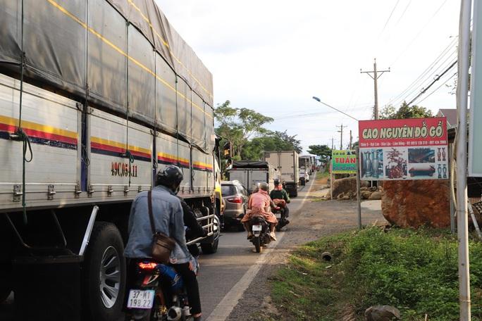 Du khách từ Đà Lạt về TP HCM mắc kẹt vì tai nạn giao thông - Ảnh 4.