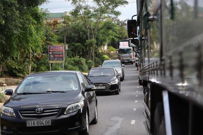 Du khách từ Đà Lạt về TP HCM mắc kẹt vì tai nạn giao thông - Ảnh 5.