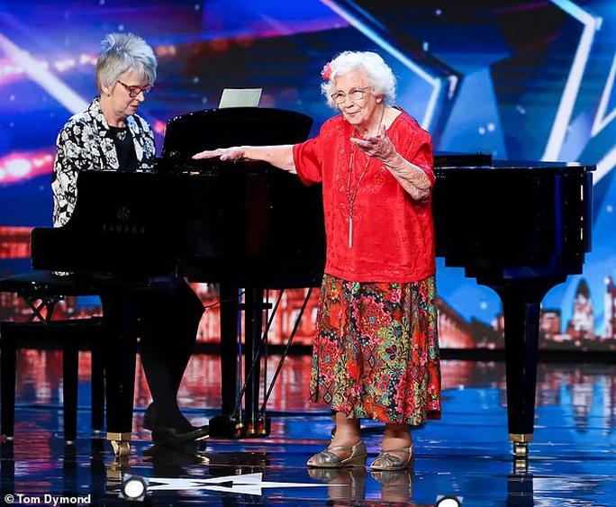 Cụ bà 96 tuổi vẫn thi Tìm kiếm tài năng Anh - Ảnh 1.