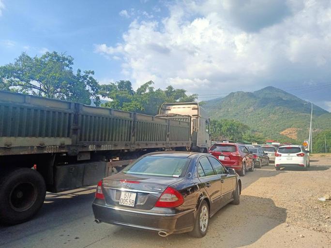 Du khách từ Đà Lạt về TP HCM mắc kẹt vì tai nạn giao thông - Ảnh 6.
