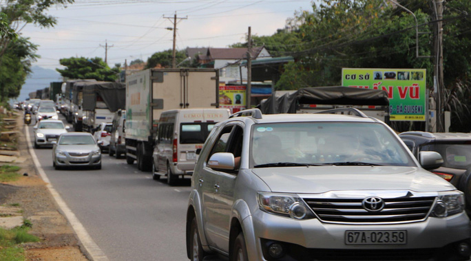 Du khách từ Đà Lạt về TP HCM mắc kẹt vì tai nạn giao thông - Ảnh 7.