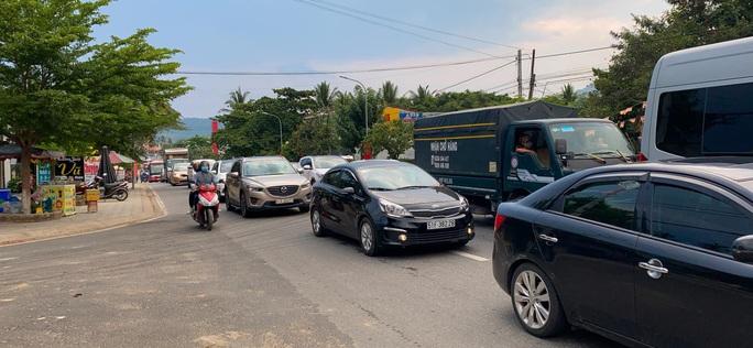 Du khách từ Đà Lạt về TP HCM mắc kẹt vì tai nạn giao thông - Ảnh 2.