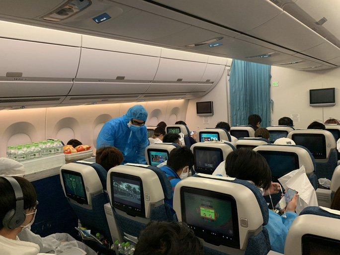 276 người Việt từ Canada về nước tại sân bay Vân Đồn - Ảnh 7.