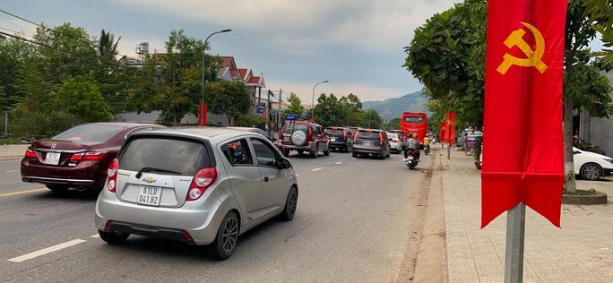 Du khách từ Đà Lạt về TP HCM mắc kẹt vì tai nạn giao thông - Ảnh 3.