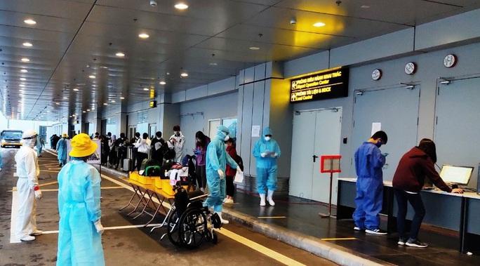 276 người Việt từ Canada về nước tại sân bay Vân Đồn - Ảnh 13.