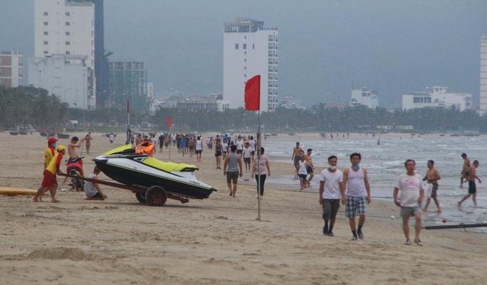 Dòng người tấp nập tắm biển Đà Nẵng dịp Lễ 30-4, 1-5 - Ảnh 5.