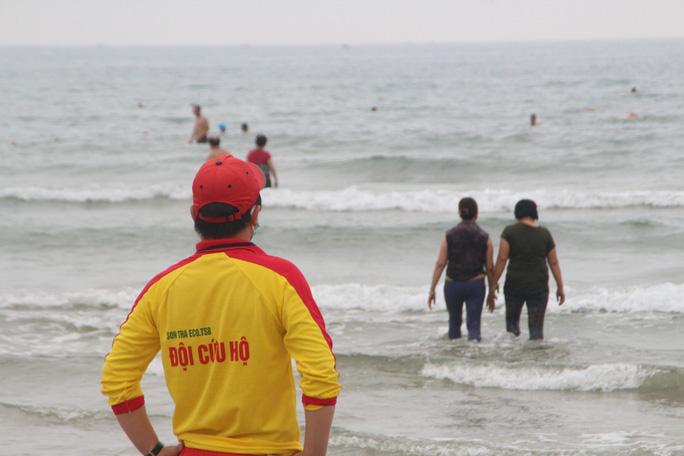 Dòng người tấp nập tắm biển Đà Nẵng dịp Lễ 30-4, 1-5 - Ảnh 8.