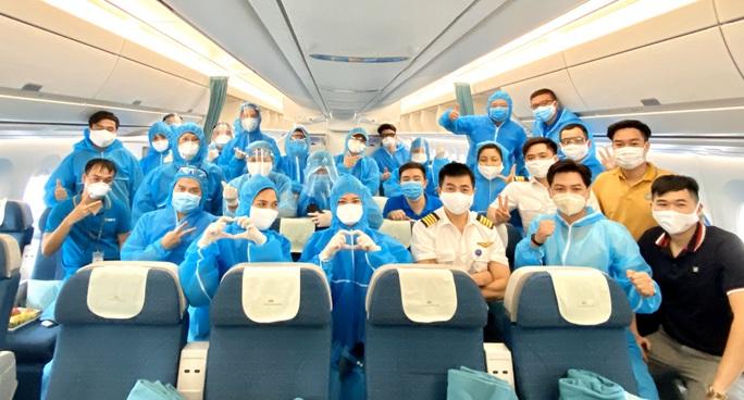 276 người Việt từ Canada về nước tại sân bay Vân Đồn - Ảnh 5.