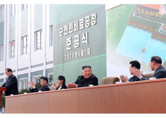 Nhà lãnh đạo Triều Tiên Kim Jong-un bất ngờ xuất hiện - Ảnh 5.