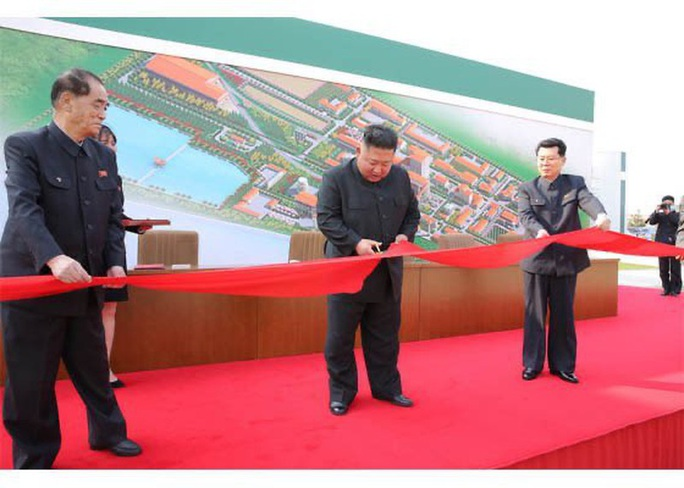 Nhà lãnh đạo Triều Tiên Kim Jong-un bất ngờ xuất hiện - Ảnh 4.