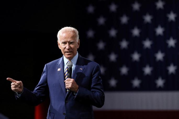 """Tổng thống Trump """"rỉ tai"""" Joe Biden về cáo buộc tấn công tình dục  - Ảnh 2."""