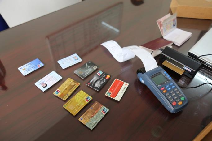 Nhóm người Trung Quốc móc nối với người Việt dùng  thẻ ngân hàng giả rút 300.000 USD - Ảnh 2.