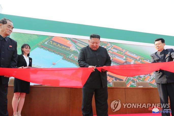 Nhà lãnh đạo Triều Tiên Kim Jong-un bất ngờ xuất hiện - Ảnh 3.