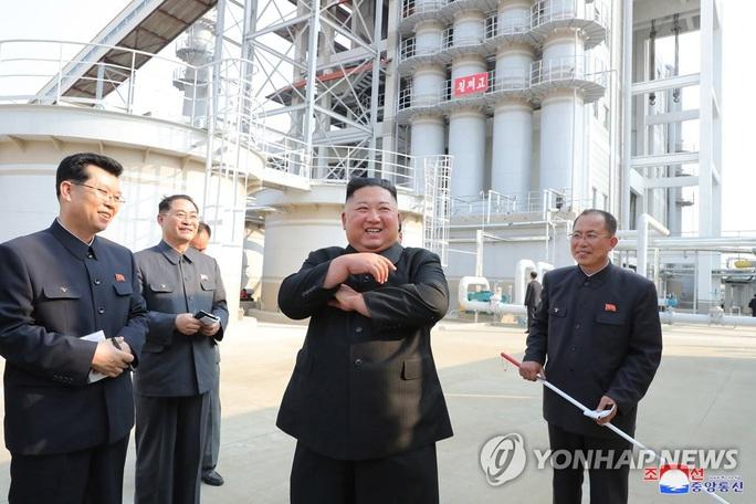 Nhà lãnh đạo Triều Tiên Kim Jong-un bất ngờ xuất hiện - Ảnh 2.