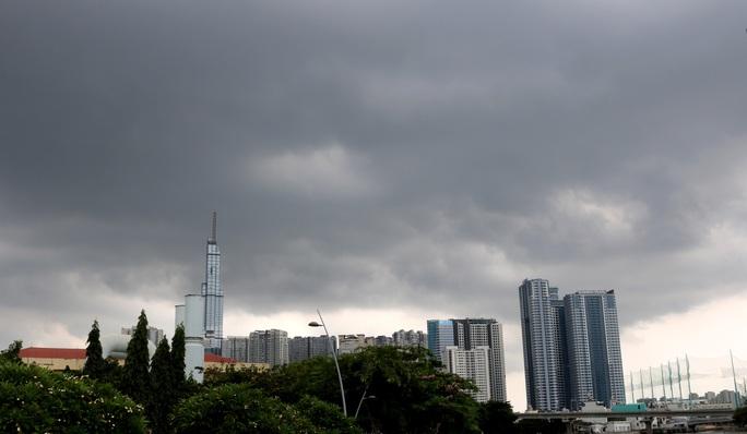 TP HCM mưa trắng trời, rốn ngập Nguyễn Hữu Cảnh lại... ngập! - Ảnh 2.