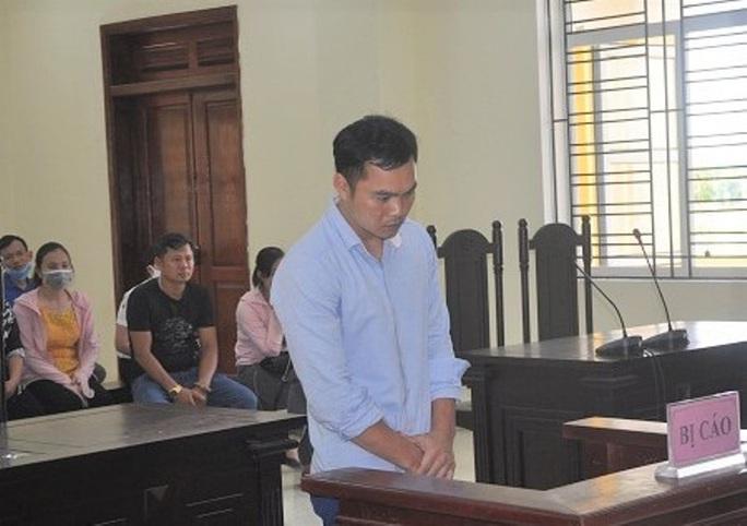 Cựu trung úy công an huyện nổ súng cướp ngân hàng bất ngờ bị choáng tại tòa - Ảnh 1.