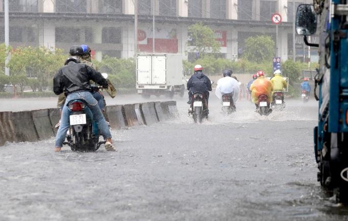 TP HCM mưa trắng trời, rốn ngập Nguyễn Hữu Cảnh lại... ngập! - Ảnh 10.