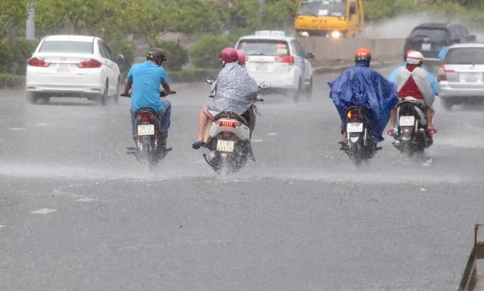 TP HCM mưa trắng trời, rốn ngập Nguyễn Hữu Cảnh lại... ngập! - Ảnh 4.
