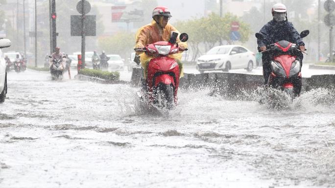 TP HCM mưa trắng trời, rốn ngập Nguyễn Hữu Cảnh lại... ngập! - Ảnh 12.