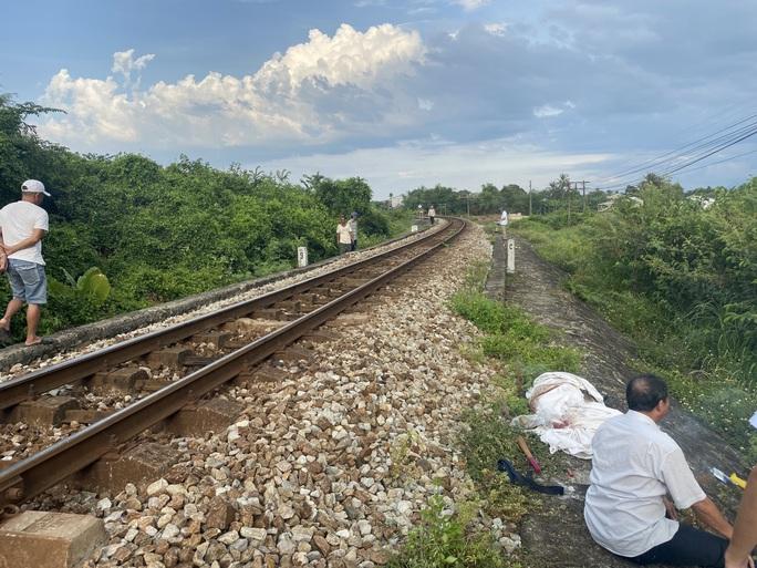 Đi bộ băng qua đường sắt, một phụ nữ bị tàu tông tử vong  - Ảnh 1.