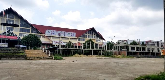 Chây ì tháo dỡ công trình xây dựng xấu xí tại chợ Bảo Lộc - Ảnh 4.