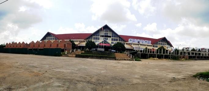 Chây ì tháo dỡ công trình xây dựng xấu xí tại chợ Bảo Lộc - Ảnh 1.