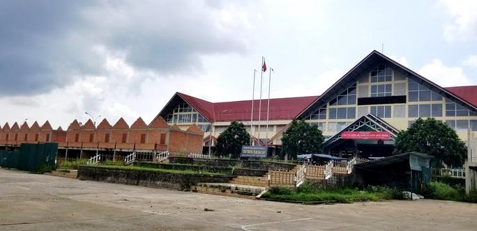 Chây ì tháo dỡ công trình xây dựng xấu xí tại chợ Bảo Lộc - Ảnh 3.