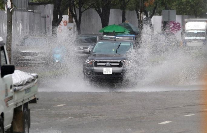 TP HCM mưa trắng trời, rốn ngập Nguyễn Hữu Cảnh lại... ngập! - Ảnh 8.