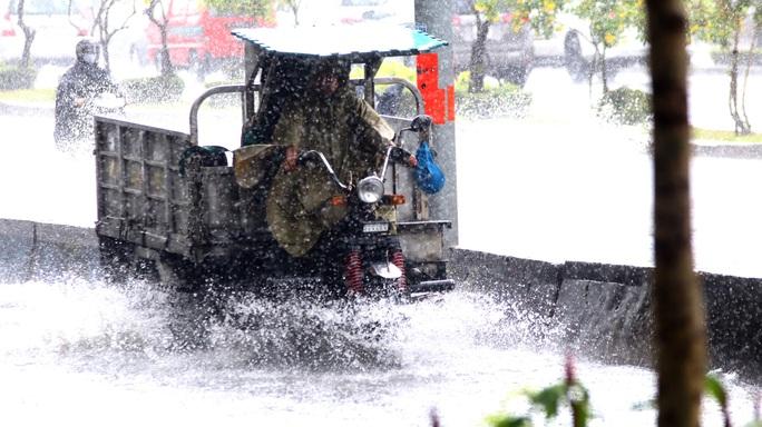 TP HCM mưa trắng trời, rốn ngập Nguyễn Hữu Cảnh lại... ngập! - Ảnh 5.