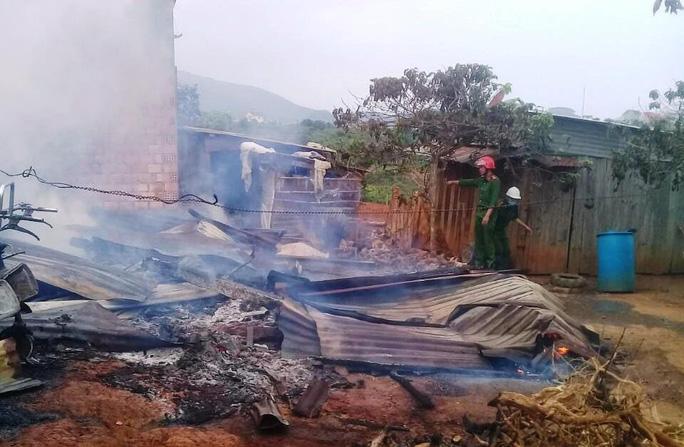 Kinh hoàng ngọn lửa thiêu rụi hoàn toàn 3 nhà dân ở Lâm Đồng - Ảnh 2.