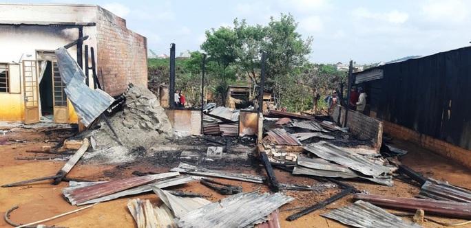 Kinh hoàng ngọn lửa thiêu rụi hoàn toàn 3 nhà dân ở Lâm Đồng - Ảnh 1.