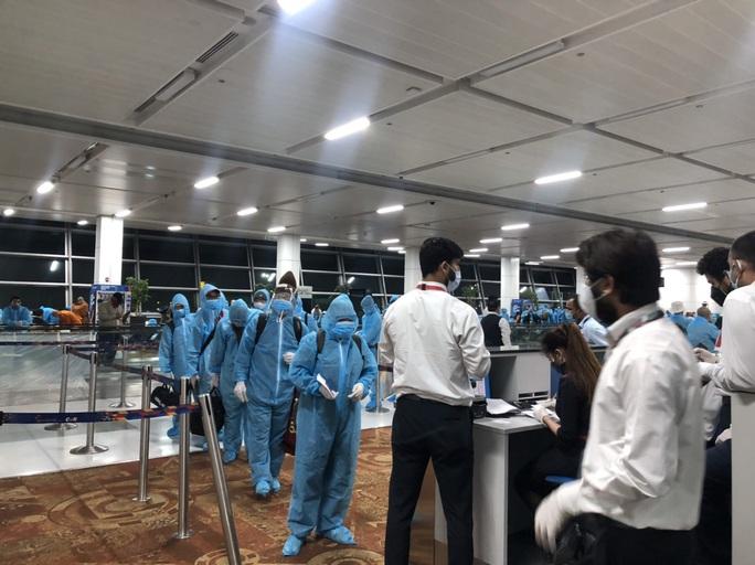 Chuyến bay đưa 340 công dân từ Ấn Độ về nước hạ cánh tại sân bay Cần Thơ - Ảnh 10.