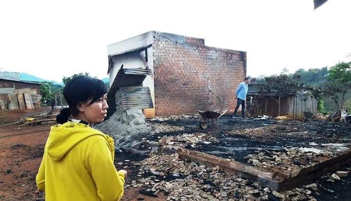 Kinh hoàng ngọn lửa thiêu rụi hoàn toàn 3 nhà dân ở Lâm Đồng - Ảnh 3.