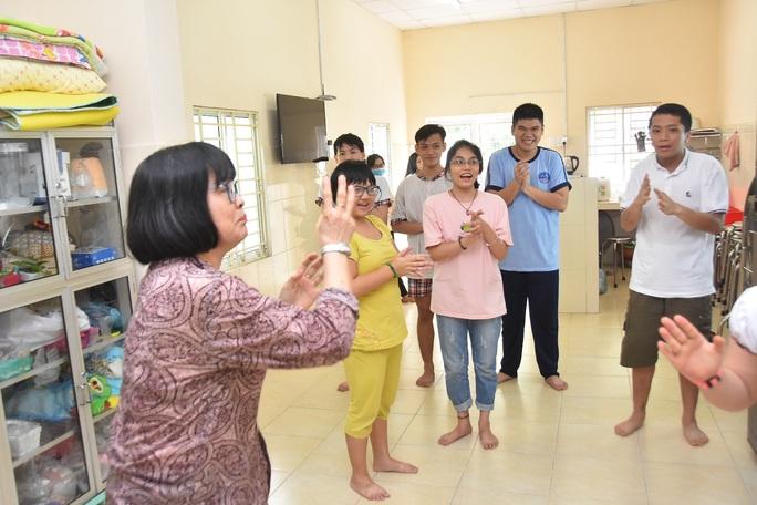 Tiếp tục thăm và tặng quà các cơ sở bảo trợ xã hội - Ảnh 2.