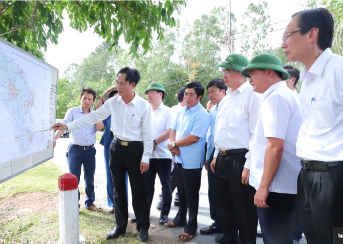 Bí thư Thành ủy TP HCM thăm, tặng quà tại quê Bác - Ảnh 2.