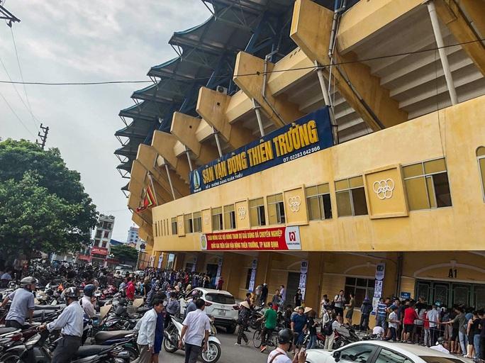 V.League 2020 trở lại: Hàng ngàn người đổ xô đến sân mua vé trận Nam Định-HAGL - Ảnh 2.