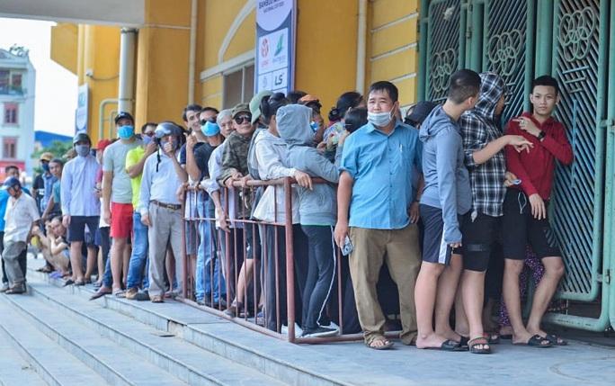 V.League 2020 trở lại: Hàng ngàn người đổ xô đến sân mua vé trận Nam Định-HAGL - Ảnh 4.